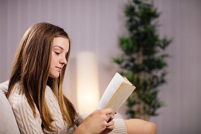 书,休闲活动,水平画幅,仅成年人,沙发,知识,青年人,智慧,仅一个青年女人,成年的