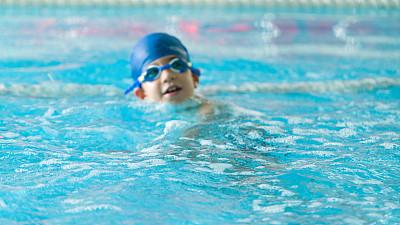 儿童,游泳帽,游泳护目镜,水,留白,水平画幅,游泳池,努力,夏天,白人