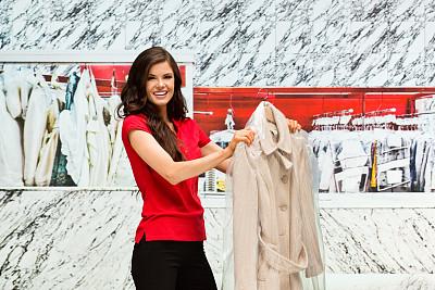 干洗店,外套,女人,拿着,自动洗衣店,衣架,洗衣服,半身像,业主,水平画幅