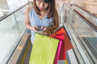 购物中心,电子邮件,威斯敏斯特购物中心,礼品袋,电动扶梯,纸袋,正面视角,青少年,四肢,夜晚