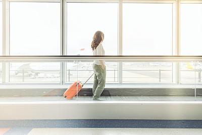 大门,自动人行道,电动扶梯,机场,手提箱,传送带,移动式,在活动中,乘客,机场出发区