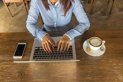 卡布奇诺咖啡,女人,笔记本电脑,特写,手,音符,高中生,高视角,热饮,书页