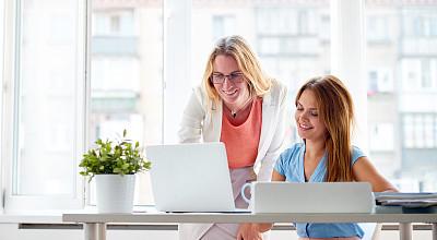 办公室,笔记本电脑,水平画幅,工作场所,忙碌,经理,仅成年人,白领,商业金融和工业,邮筒