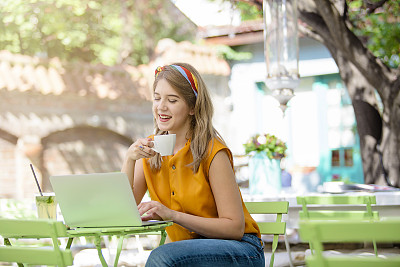 Beautiful girl drinking coffee and websurfing in caf?? bar
