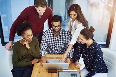 经理,灵感,电子邮件,在之后,男商人,新创企业,男性,网上冲浪,镜头眩光,青年人