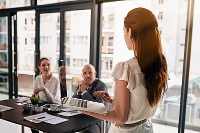 技术,动机,团队,混合年龄,电子邮件,忙碌,男商人,男性,网上冲浪,镜头眩光