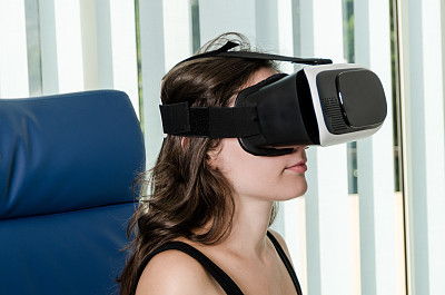 虚拟现实模拟器,女孩,耳麦,乐趣,互动电视,掌上电子游戏,免提装置,玩家,主观视角,青少年