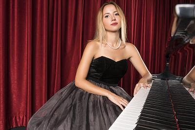钢琴师,注视镜头,女性,自然美,会堂,古典乐,正面视角,留白,艺术家,努力