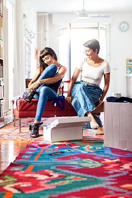 在家购物,生活方式,电子邮件,鞋子,互联网,垂直画幅,顾客,家庭生活,电子商务,仅成年人