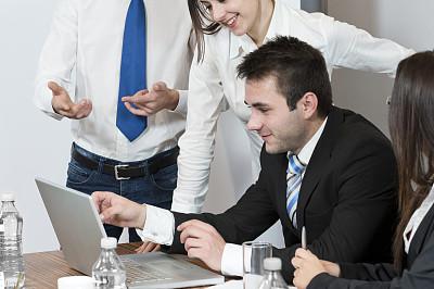 笔记本电脑,商务,团队,看,效率,办公室,水平画幅,电话机,男商人,仅成年人