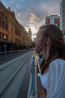 弗林德斯街站,青年女人,等,火車站,電車軌道,墨爾本,纜車,維多利亞,維多利亞州,垂直畫幅