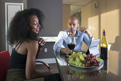 青年人,晚餐,异性恋,公寓,高处,室内地面,两个座位的桌子,透过窗户往外看,含酒精饮料,夏天