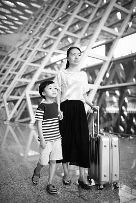 儿童,女人,机场,垂直画幅,学龄前,父母,单身母亲,黑发,独生子女家庭,旅行者