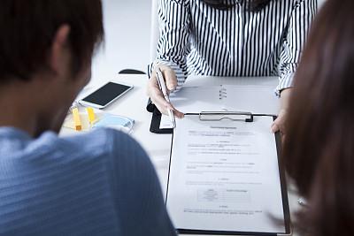 双亲家庭,女商人,状态描述,租赁合同,房地产经纪人,新的,业主,居住区,建筑业,青年人
