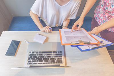 经理,报告,图表,问题,书页,文档,技术,计算机,成年学生,正装