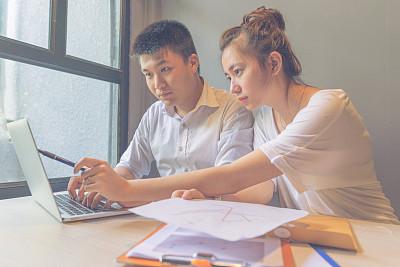 团队,脐钉,工头,办公室,笔记本电脑,水平画幅,工作场所,秘书,男商人,文档