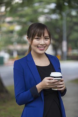 女商人,亚洲,工间休息,手机,新加坡市,垂直画幅,奖杯,胸部,胸像,仅成年人