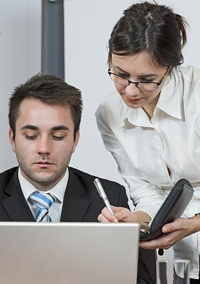 办公室,垂直画幅,笔记本电脑,电话机,男商人,仅成年人,青年人,友谊,商业金融和工业,彩色图片
