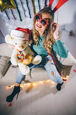 新年前夕,公亩,泰迪熊,垂直画幅,美,美人,家庭生活,气球,仅成年人,沙发