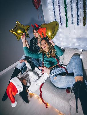幸福,女孩,上下颠倒,垂直画幅,美,圣诞帽,青春期,休闲活动,夜晚,美人