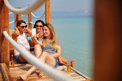 海滩,自拍,啤酒瓶,水,休闲活动,夏天,周末活动,仅成年人,自由,青年人