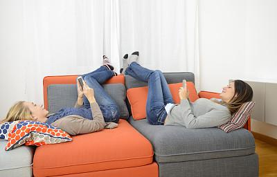 沙发,脚悬空,懒散,袜子,休闲活动,电子邮件,电子商务,仅成年人,青年人,技术