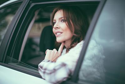 汽车,女孩,儿童安全座椅,后座,透过窗户往外看,出租车,忙碌,陆用车,仅成年人,长发