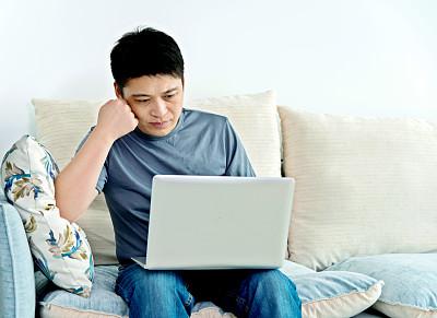 家庭办公,青年人,男人,使用手提电脑,亚洲,托腮,正面视角,留白,电子邮件,t恤