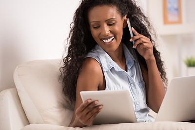 女人,使用电脑,埃塞俄比亚人,视频会议,电子阅读器,家庭办公,电子邮件,早晨,30岁到34岁,非裔美国人