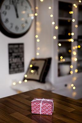 垂直画幅,木制,蝴蝶结,盒子,惊奇,圣诞礼物,红色,礼物,圣诞小彩灯