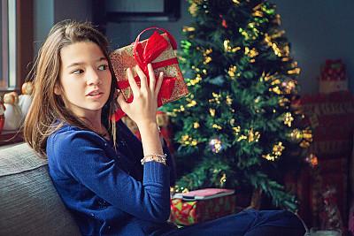 女孩,好奇心,不耐烦的,礼物,奇异的,青少年,少女,新年,早晨