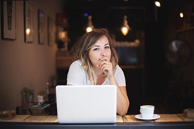 女人,咖啡馆,艺术模特,美,笔记本电脑,咖啡店,水平画幅,电子邮件,美人,小企业