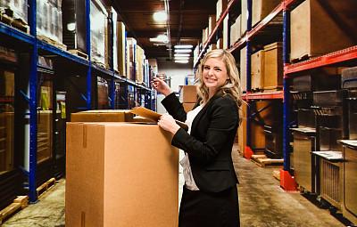 仓库,女商人,货盘,举起手,器材箱,配送中心,文档,仅成年人,工业,青年人
