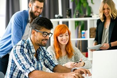 青年人,办公室,人群,中等数量人群,拟人笑脸,智慧,非裔美国人,男商人,仅成年人,想法