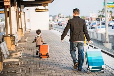 手提箱,火车,车站,父子,亚洲,车站月台,火车站,轮式行李,行李,地铁站