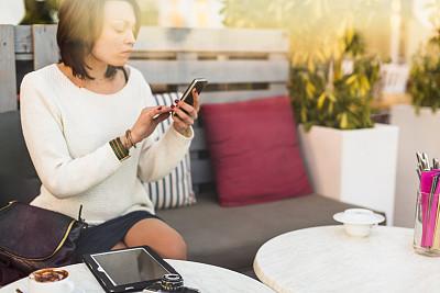 女人,咖啡馆,与众不同,电子邮件,饮料,30岁到34岁,仅成年人,南欧血统,青年人,信心