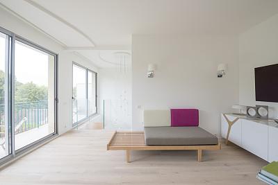 极简构图,起居室,壁突式烛台,水晶吊灯,软垫,座位,家庭生活,灯,家具
