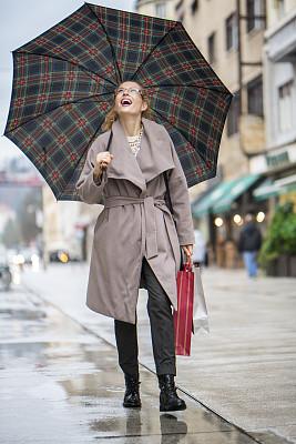 雨,阳伞,林荫路,垂直画幅,仅成年人,眼镜,长发,青年人,沥青,彩色图片