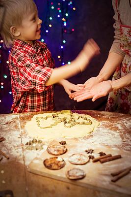 饼干,姜饼人,垂直画幅,橙子,松科,儿童,女人,住宅房间,橙色