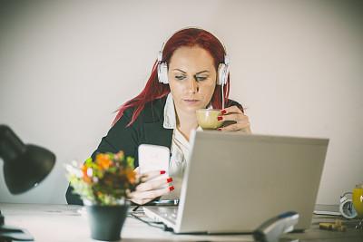 办公室,咖啡,女商人,水平画幅,电话机,小企业,饮料,白人,青年人,白色