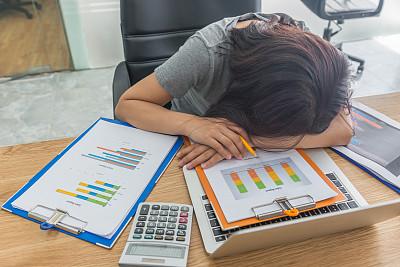 疲劳的,女人,使用手提电脑,文档,小睡,关系紧张,咖啡店,仅成年人,青年人,过度劳累
