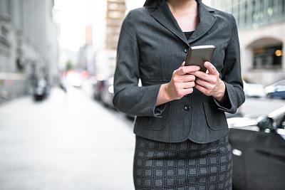 女商人,都市风光,早晨,套装,仅成年人,现代,网上冲浪,青年人,公司企业,街道