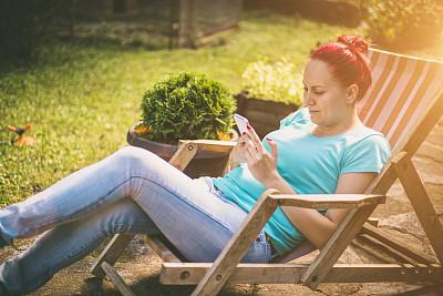 女人,手机,沙滩椅,甲板,积木,办公室,水平画幅,电话机,椅子,玻璃