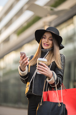女商人,垂直画幅,拉美人和西班牙裔人,电子邮件,电话机,计算机软件,户外,咖啡,仅成年人,白领