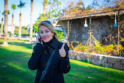 女人,手机,翘起大拇指,美,公园,水平画幅,电话机,消息,美人,户外