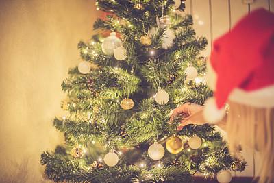 金色头发,女人,圣诞节,住宅内部,酿酒蒸馏器,传统庆典,留白,家庭生活,气球,仅成年人