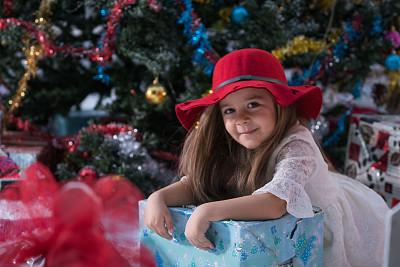 女孩,圣诞树,圣诞礼物,幸福,土耳其人,青少年,留白,拟人笑脸,雪,长发