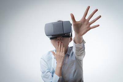 虚拟现实模拟器,未来,四肢,套装,仅成年人,眼镜,长发,青年人,白色,技术
