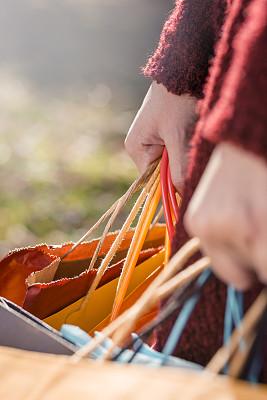 女人,拿着,购物袋,多色的,垂直画幅,青少年,休闲活动,顾客,青年人,儿童