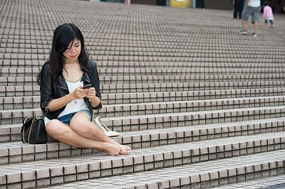 楼梯,女人,亚洲,午休时间,水平画幅,快乐,电话机,美人,仅成年人,青年人